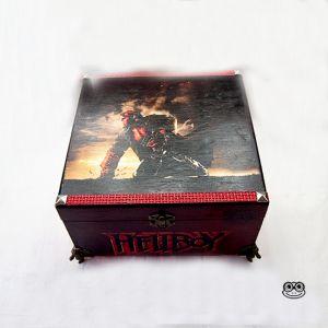 Caja Hellboy. Decorada motivos película. Hecho a mano.